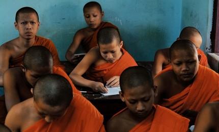 Jeunes moines à l'école Wat Sop à Luang Prabang. Photographie d'Olivier Föllmi / © Editions Föllmi